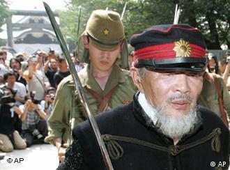 一名日本老兵走出靖国神社