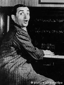 US-Komponist Irving Berlin spielt auf seinem Piano in einem Bild aus den 1920er Jahren (Foto: picture-alliance/dpa)