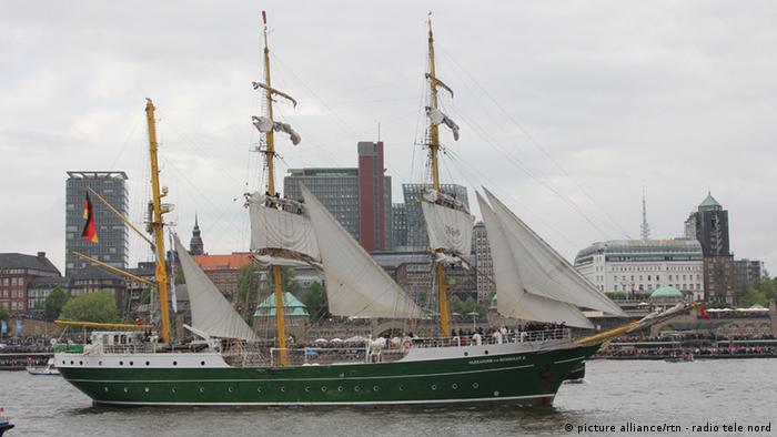Einlaufparade zum 824. Hafengeburtstag Hamburg am 09.05.2013 mit Alexander von Humboldt 2
