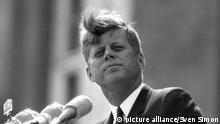 S-Praesident John F.KENNEDY(1917-1963), USA (Demokratische Partei), Praesident der USA (1961-1963), bei seinem Berlin-Besuch, haelt eine Rede auf dem Balkon des Schoeneberger Rathauses, hier spricht er seine beruehmten Worte Ich bin ein Berliner, SW-Aufnahme, 26.06.1963. pixel