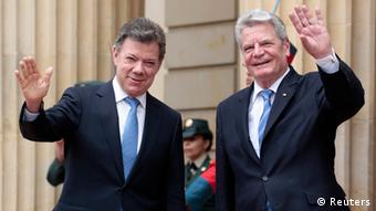 Colombia's President Juan Manuel Santos and President of the Federal Republic of Germany Joachim Gauck (R) greet the media during an official ceremony at the presidential palace in Bogota May 10, 2013. (Photo: REUTERS/Jose Miguel Gomez)