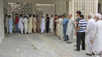 Pakistanis queued up to vote in landmark elections on May 11, 2013 (Photo: Shakoor Raheem/DW)