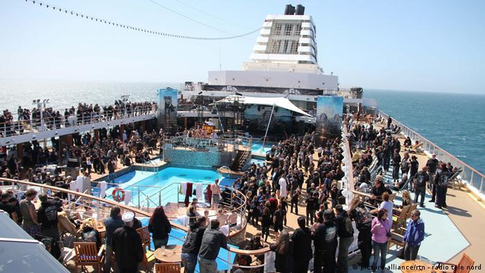 Rund 2000 Heavy Metal Fans feiern auf dem Kreuzfahrtschiff Mein Schiff 1
