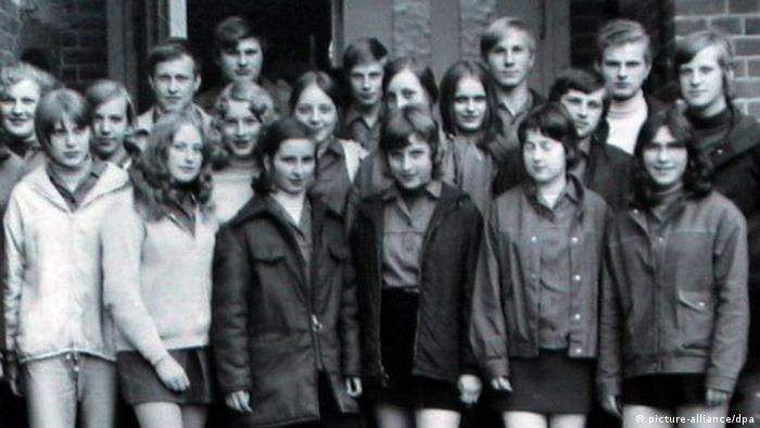 Angela Kasner (second row, center) with her friends from the tenth grade in Templin, Brandenburg in 1971. (Photo: dpa)