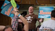 Der Bundesvorsitzende der Piratenpartei, Bernd Schlömer, spricht am 11.05.2013 beim Bundesparteitag der Piraten in Neumarkt in der Oberpfalz (Bayern) zu den Delegierten. Mit der Beratung des Wahlprogramms setzen die Piraten ihren Parteitag fort. Foto: Armin Weigel/dpa