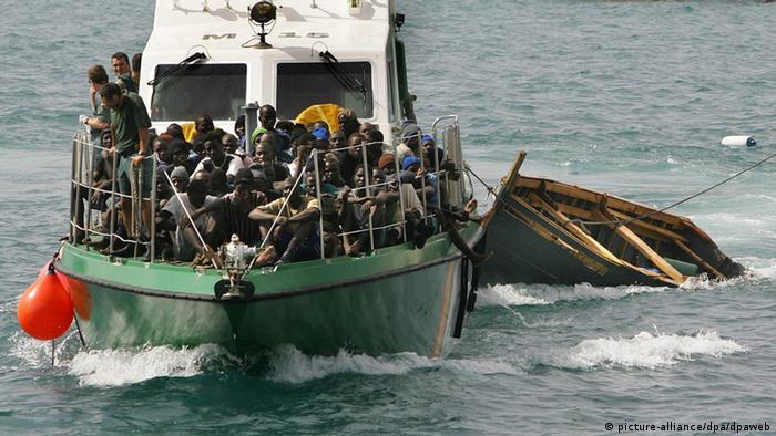 Ein Boot der spanischen Küstenwache bringt afrikanische Füchtlinge nach Fuerteventura (Foto: dpaweb)