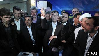 اسفندیاررحیم مشایی در ساعات پایانی مهلت ثبت نام به همراه محمود احمدینژاد و برخی از وزیران کابینه او به وزارت کشور رفت