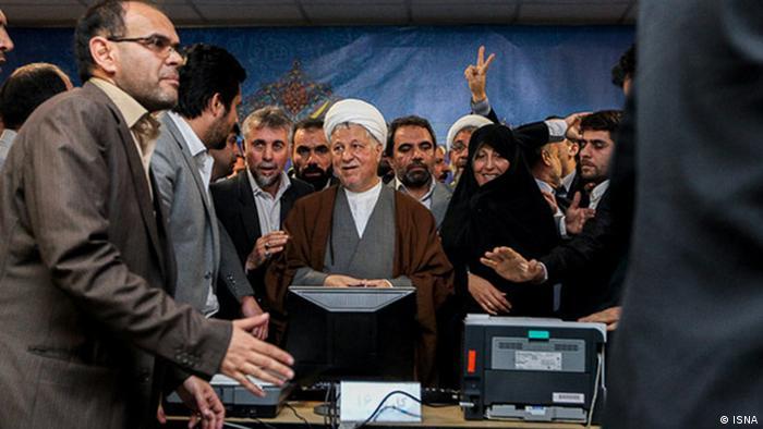 اکبر هاشمی رفسنجانی هنگام ثبت نام به عنوان داوطلب شرکت در انتخابات ریاست جمهوری ایران