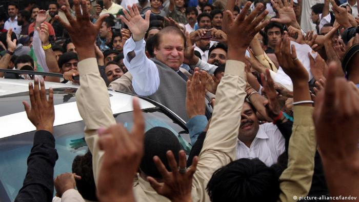 LAHORE, May 11, 2013 (Xinhua) -- Former Pakistani Prime Minister Nawaz Sharif (C) waves to supporters as he arrives to cast his vote in eastern Pakistan's Lahore, May 11, 2013. Pakistanis began voting on Saturday morning in a one-day general election to elect a new government for the next five years with hopes of a positive change and end to the years of terrorism in the country. (Xinhua/Jamil Ahmed)(zf) XINHUA /LANDOV Keine Weitergabe an Drittverwerter.
