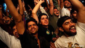 Прихильники Пакистанської мусульманської ліги святкують перемогу Наваза Шарифа