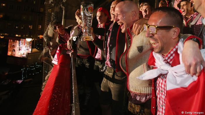 Bayerns Sportdirektor Sammer (M) und Spieler feiern die Meisterschaft auf dem Rathausbalkon in München - wie üblich in Lederhosen (Foto: Getty Images)