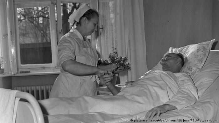 A nurse is taking a patient's pulse at a hopital in the East German town of Jena in 1962. (Photo: FSU-Fotozentrum) DDR; Frauen; Geschichte; Historisch; Klinik; Krankenschwestern; Patient; Universitäten; Z6698; zbh; VM; GDR; women; history; story; historic; historical; clinic; hospital; patient; universities; university