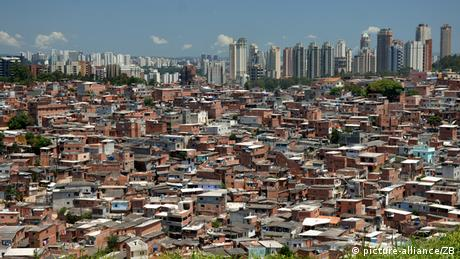 View of São Paulo with favelas in the foreground. Photo: Ralf Hirschberger, dpa