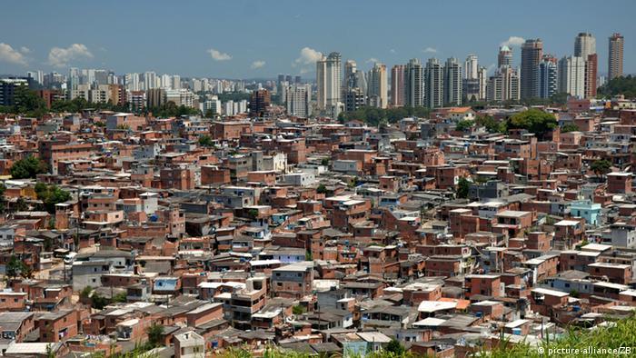 Eng stehen die Behausungen in der riesigen Favela Paraisopolis im Stadtteil Morumbi der brasilianischen Wirtschaftsmetropole Sao Paulo Foto: Ralf Hirschberger/dpa