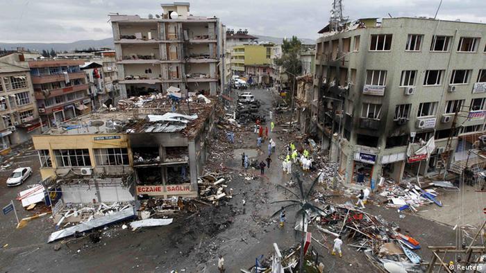 Der verwüstete Ort der Anschläge im türkischen Grenzort Reyhanli (Foto: Reuters)