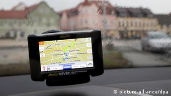 Ein Navigationsgerät im Fenster eines Autos