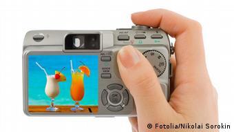 Ein Fotoapparat mit zwei Cocktails im Sucher