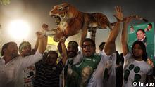 Nawaz Sharif Anhänger mit Tiger in Lahore (Imago)