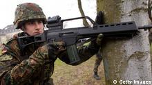 Soldat Rekrut mit Heckler und Koch G36 Gewehr