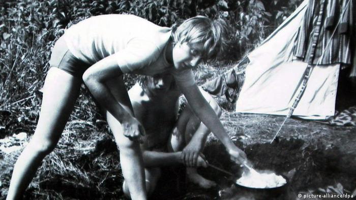 Foto em preto e branco de Merkel como jovem garota