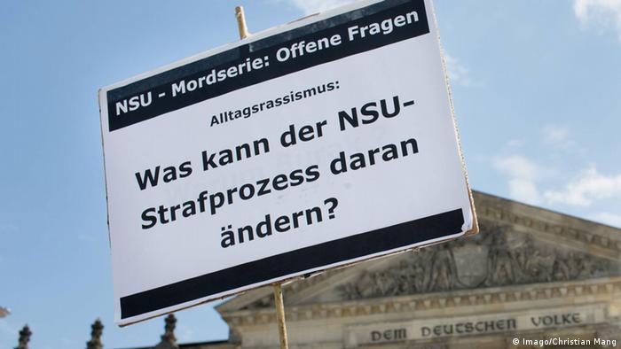 Demonstrationsplakat gegen Alltagsrassismus vor dem Berliner Reichstag (Foto: imago/Christian Mang)