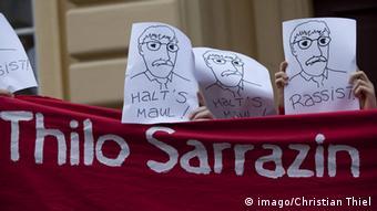 Protestbanner gegen Thilo Sarrazin, in denen er Rassist genannt wird (Foto: imago/Christian Thiel)