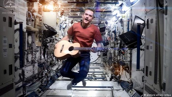Astronaut Hadfield spielt in der ISS David Bowie-Song (Foto: dpa)