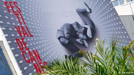На этот раз на постере запечатлены целующиеся Пол Ньюман и Джоан Вудворд.