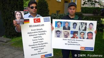 Mustafa Can and Emre Tanis with photos of the ten NSU victims (photo: Fürstenau)