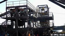 P1150079.JPG Titel: Minas Moatize Schlagworte: Mosambik, Tete, Kohle, Kokskohle, Moatize, Rohstoffe, Bergbau Ort: Moatize, Tete, Mosambik Fotograf: Johannes Beck Datum: 12.11.2012 Beschreibung: Waschanlage der Kohlemine Minas Moatize in der nord-mosambikanischen Provinz Tete. Die Mine ist die älteste Kohlemine in der Region und gehört zu den kleinen Abbaugebieten der in Tete vorherrschenden Kokskohle. Die Mine ist Eigentum der britischen Gesellschaft Beacon Hill Resources PLC. Copyright: DW/J. Beck