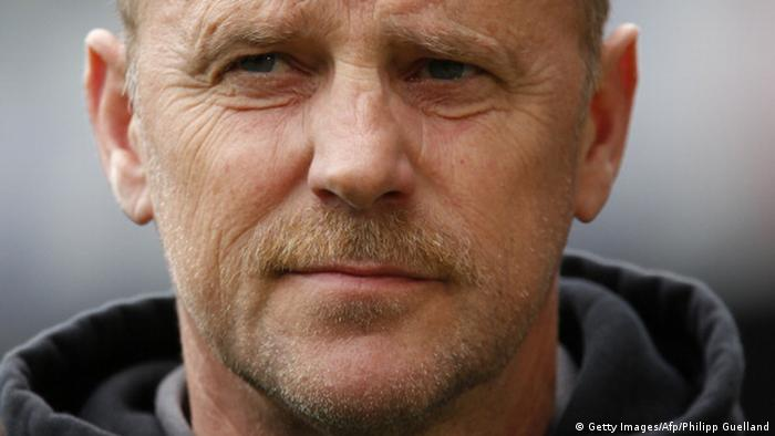 Trainer Thomas Schaaf schaut mit nachdenklichem Gesicht (Foto: PHILIPP GUELLAND/AFP/Getty Images)