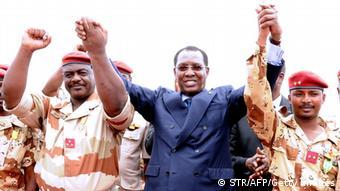 Idriss Déby Itno (au milieu) en compagnie son fils Mahamat Idriss Déby Itno (à droite) et du chef du contingent tchadien au Mali, le général Oumar Bikimo (archives)