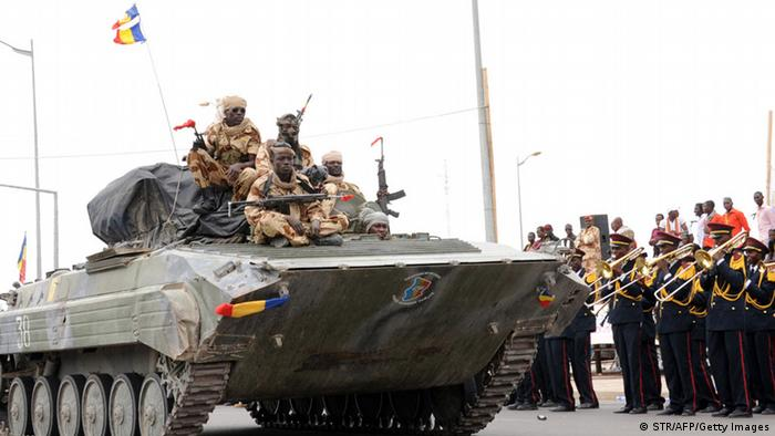 Un blindé de l'armée tchadienne en 2013 à N'Djaména