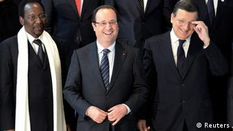 French President Francois Hollande (C) with European Commission President Jose Manuel Barroso (R) and Mali's interim President Dioncounda Traore. (Photo: REUTERS/Laurent Dubrule (BELGIUM)