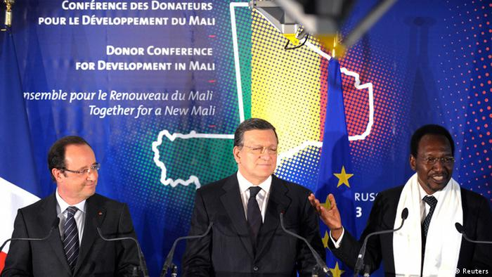 Mali's interim President Dioncounda Traore (R) speaks as French President Francois Hollande and European Commission President Jose Manuel Barroso (C) listen during the donors' conference on the development of Mali in Brussels May 15, 2013. International donors pledged more than 3.25 billion euros ($4.22 billion) on Wednesday to help Mali recover after a conflict with al Qaeda-linked Islamists, Hollande said. REUTERS/Laurent Dubrule (BELGIUM - Tags: POLITICS BUSINESS) ***NICHT FÜR OVERLAY GEEIGNET***