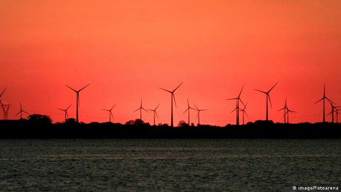 Sonnenuntergang über einem Windpark in Tramandai/Brasilien (Foto: Copyright Imago Photo)