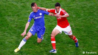 Chelsea's Cesar Azpilicueta (L) and Benfica's Rodrigo Moreno (R) fight for the ball during their Europa League final soccer match at the Amsterdam Arena May 15, 2013. REUTERS/Michael Kooren (NETHERLANDS - Tags: SPORT SOCCER)