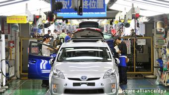 Workers assemble Toyota Motor Corp.'s third-generation Prius hybrid cars (+++(c) dpa)