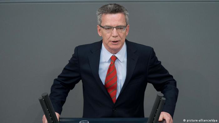 Bundesverteidigungsminister Thomas de Maiziere (CDU) spricht am 16.05.2013 in Berlin bei der Sitzung des Bundestages. Foto: Maurizio Gambarini/dpa