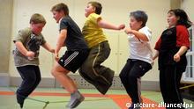 ACHTUNG: DIESER BEITRAG DARF NICHT VOR ABLAUF DER SPERRFRIST, 31. DEZEMBER, 21.00 UHR, VERÖFFENTLICHT WERDEN! - ARCHIV - Übergewichtige Kinder hüpfen am 11.03.2009 beim Seilspringen in einer Turnhalle in Leipzig. Foto: Waltraud Grubitzsch (zu dpa «Motorische Fähigkeiten von Kindern sagen Bildungserfolg voraus» vom 31.12.2012) +++(c) dpa - Bildfunk+++