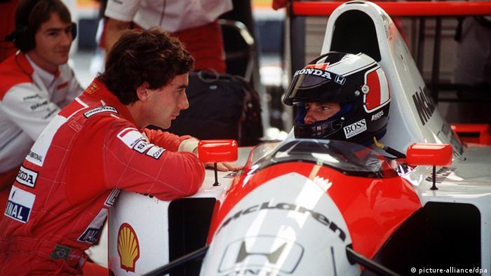 Ayrton Senna steht 1992 am Wagen seines Mc-Laren-Teamkollegen Gerhard Berger. Foto: dpa-pa
