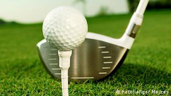 Ein Golfball vor einem Schläger