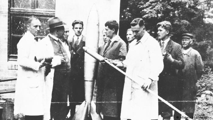 Raketenexperiment mit Kegelduese von Hermann Oberth, Herbst 1929 (Foto: ullstein bild)