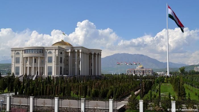 Одно из зданий в Душанбе