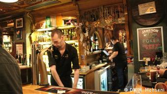 Бармен за стойкой в одном из баров Кельна
