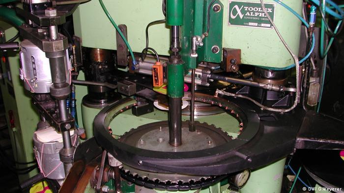 Maschine zur Schallplattenproduktion (Foto: DW)