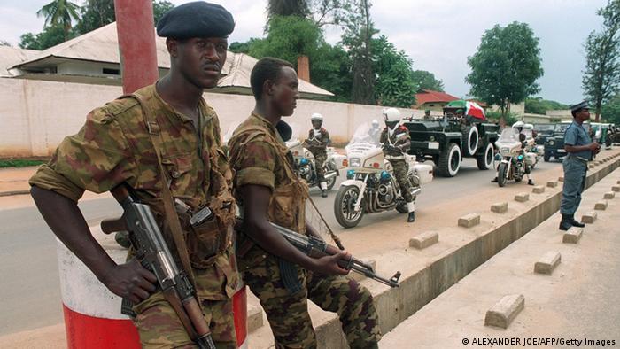 Burundische Soldaten bei der Beerdigung des Präsidenten Melchior Ndadaye, der bei einem Putsch 1993 ums Leben kam ALEXANDER JOE/AFP/Getty Images