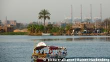 Aegypten, Kairo, Boot im Nildelta, im Hintergrund die Schornsteine einer Fabrik.