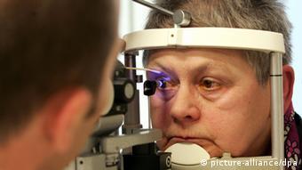Ein Auge der Patientin Anneliese Stoll wird am Montag (12.02.2007) in der Augenklinik des Universitätsklinikums in Magdeburg untersucht. Für die weit verbreitete Augenkrankheit Grüner Star, auch als Glaukom bekannt, werden die Heilungschancen durch Früherkennung immer besser. Rechtzeitig erkannt, ist das Glaukom heute gut beherrschbar, so Ronald D. Gerste vom Initiativkreis zur Glaukomfrüherkennung e.V. bei der Vorstellung der Aktion Sehnerv-Check. Glaukom ist nach den Angaben die zweithäufigste Erblindungursache in Deutschland. Weltweit sind 5,2 Millionen am Glaukom Erblindete registriert. Foto: Jens Wolf/lah (zu lah 4395 vom 12.02.2007) +++(c) dpa - Report+++ pixel Schlagworte .Gesundheit , zb , früherkennung , .Heilbehandlung , .Krankheiten