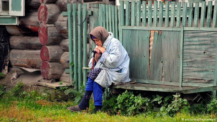 Пожилая женщина в уральской деревне